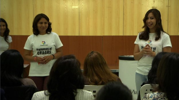 Health workers from Mundo Sano give more in-depth talks to Latin Americans, mainly mothers and young women.